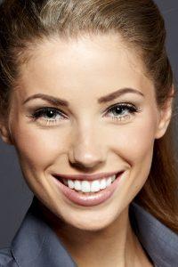 chica joven sonriendo tras limpieza bucal