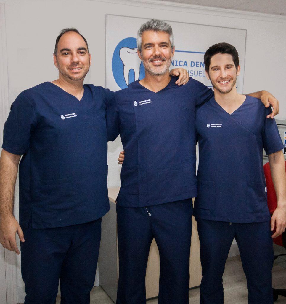 Doctor Cristian Poveda experto en implantes dentales en San Vicente con Javier Candel y Oscar Montoto