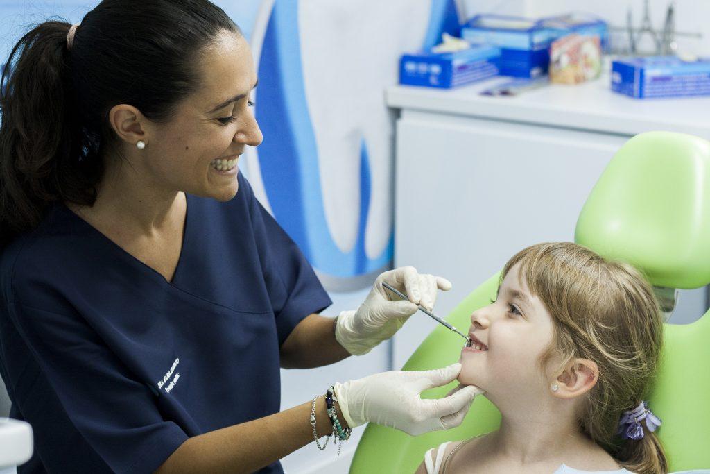 La Odontopediatra, Dra. Maria Albericio con un paciente de odontopediatría en San Vicente del Raspeig.