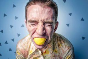 hombre intentando un blanqueamiento dental con limon